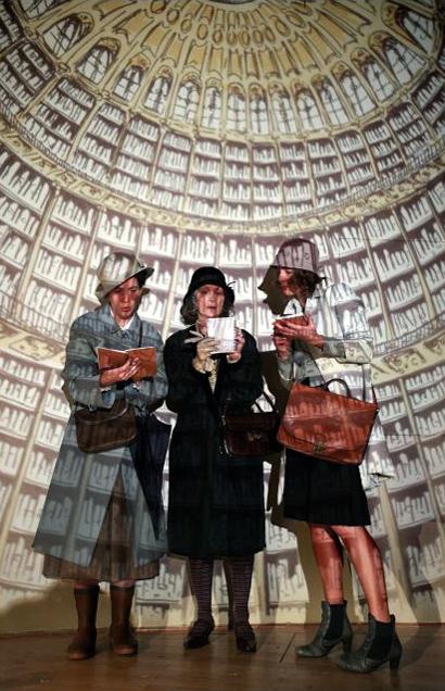 La bibliothèque Virginia Woolf Une Chambre à soi compagnie l'Instant-Même dessins scénographie Essi Esther Berelowitsch